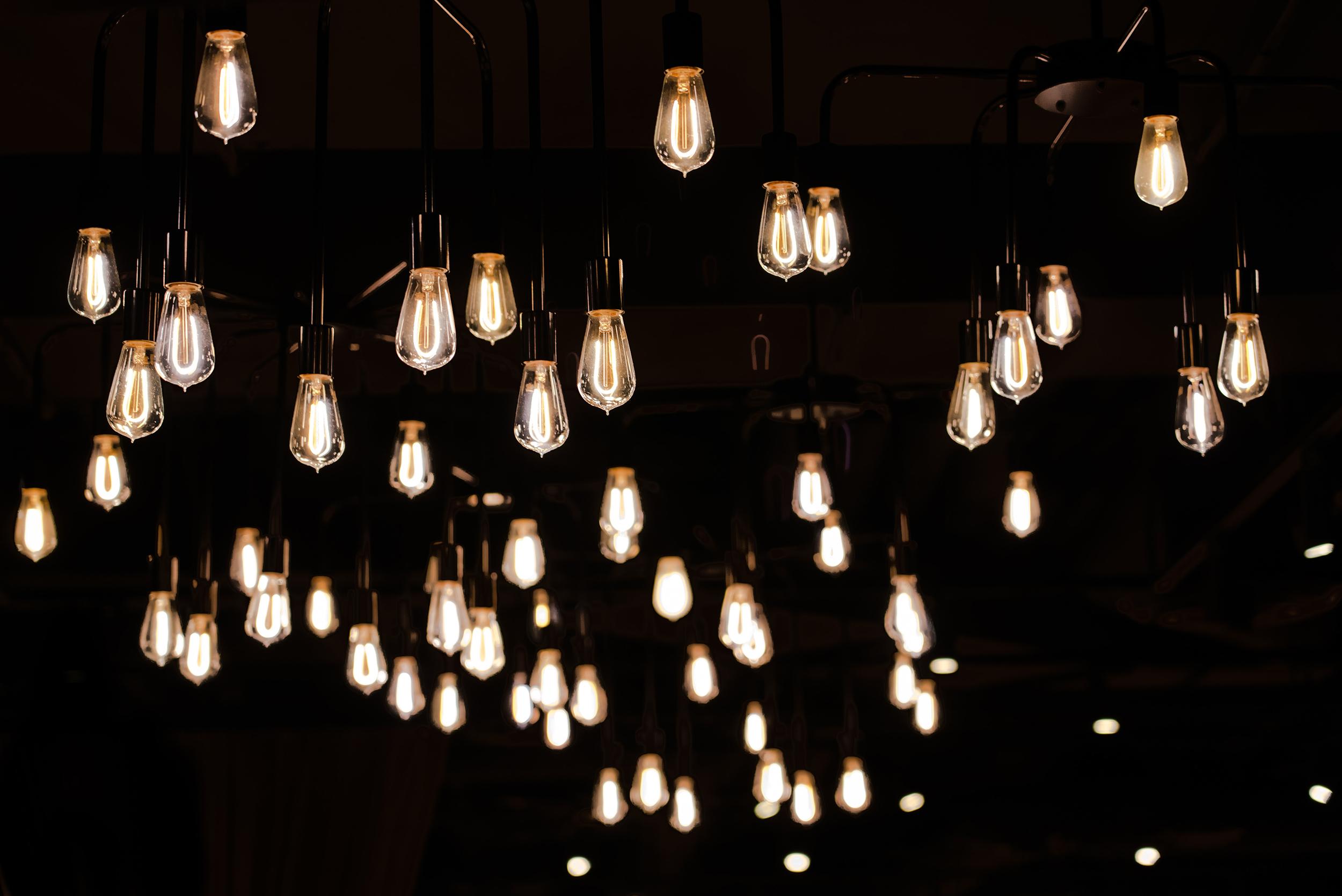 Imagen con fondo nocturno en el que aparecen varian bombillas iluminadas