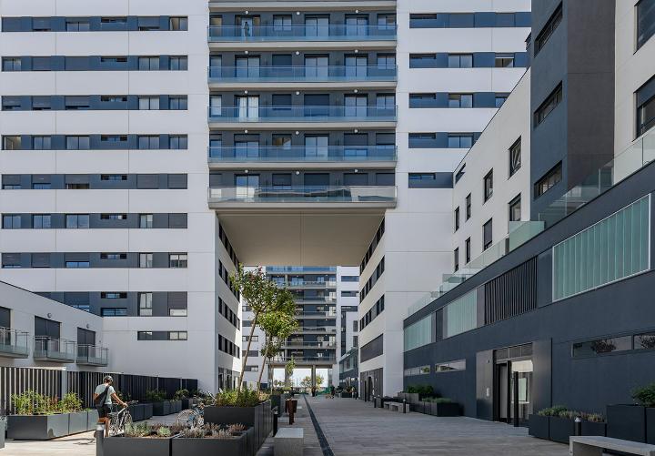 vista de la fachada de las 252 viviendas de barcelona
