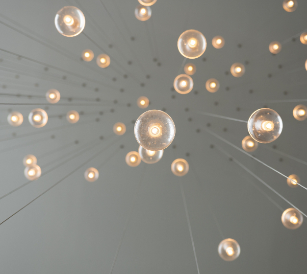 Imagen de unas bombillas vistas desde abajo